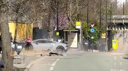 Londra, il raduno delle Lamborghini finisce male: l'auto da 300mila euro si schianta contro un muretto