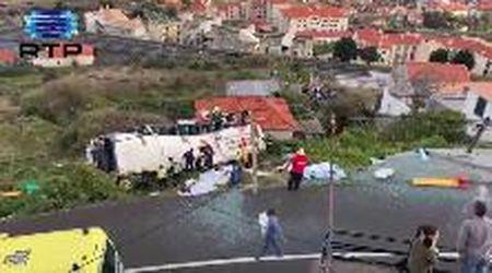 Madeira, bus turistico precipita in una scarpata: le prime immagini