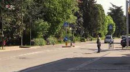 Carpi, attraversa la strada: investito e ucciso da un camion