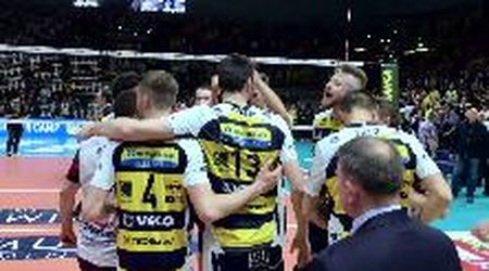 Modena volley- Perugia l'esultanza dopo la vittoria in gara 2: è 1 - 1