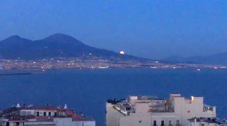 Napoli, lo spettacolo della luna che spunta dal Vesuvio
