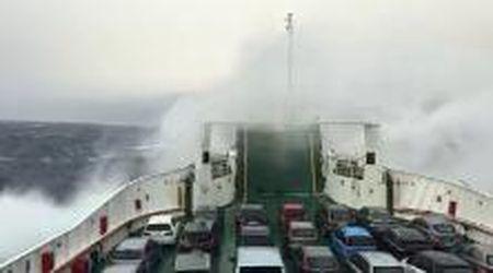 Messina, le onde travolgono il traghetto