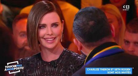 Conduttore tv bacia la traduttrice: Charlize Theron gli dà una lezione
