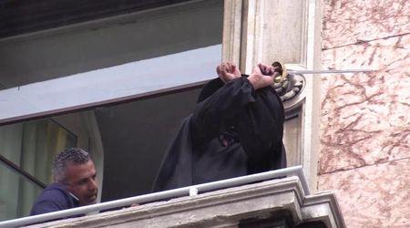 Milano, rimosso lo striscione di Zorro da piazza del Duomo: lui saluta e fa il gesto delle manette