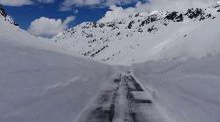 Oltre 10 metri di neve: l'eccezionale primavera sul passo del Rombo ripresa dal drone