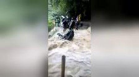 Inondazioni in Honduras, la strada è una cascata: il motociclista sul precipizio si salva
