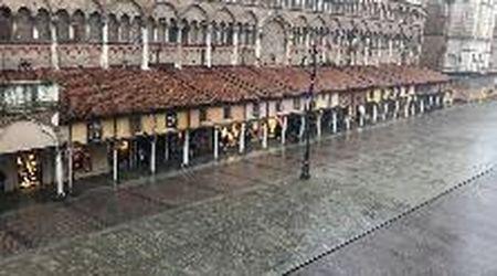 Temporale a Ferrara, la pioggia a terra sospinta dal vento