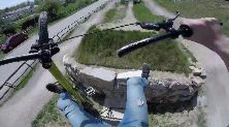 La bici si rompe in volo, il ciclista precipita a terra: la caduta in soggettiva