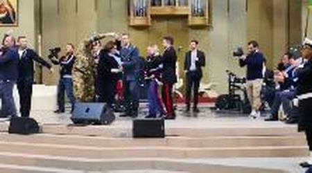 Lourdes, la danza scatenata della ministra della Difesa Trenta con un militare