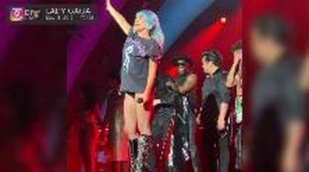 Lady Gaga inaugura l'Apple Park: il concerto per i dipendenti è un omaggio a Steve Jobs