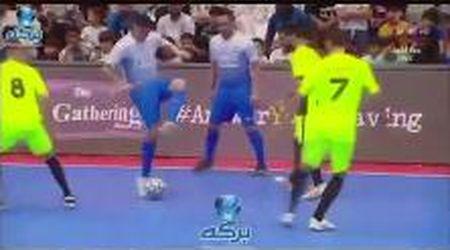 Futsal: ingabbiato da 4 avversari, il calciatore colombiano segna in modo geniale