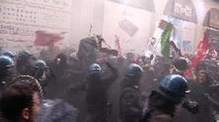 Bologna, proteste contro Forza Nuova: manifestante bloccata con la forza dalla polizia
