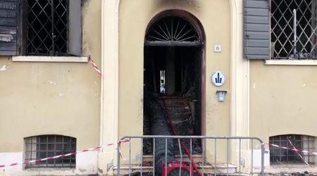 Mirandola, rogo nella sede della polizia locale: le immagini dei locali devastati fiamme