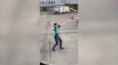Hawaii, l'addetto ai bagagli balla in pista: lo show ripreso dai passeggeri