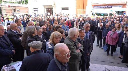 Folla per l'ultimo saluto al sindaco di Viadana