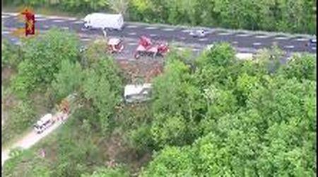 Autobus si ribalta vicino a Siena: una donna morta e 31 feriti