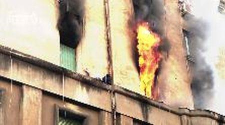 Roma, va a fuoco la casa: ragazzo sul cornicione, il salvataggio è da brividi