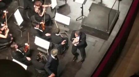 Napoli, Teatro San Carlo: sul palco con Bocelli spunta il cane
