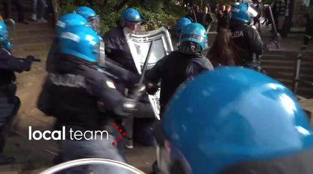 """""""Fermi, è un giornalista!"""". Così il poliziotto protegge il cronista di Repubblica picchiato dagli agenti a Genova"""