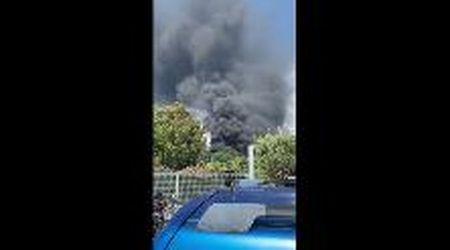 Massarosa, brucia un capannone: il denso fumo nero visto da vicino