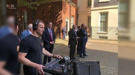 Theresa May si dimette ma i social hanno occhi solo per il tecnico del suono