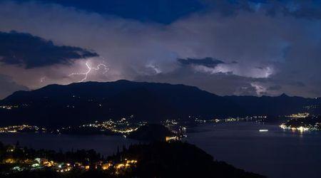 Como, lo spettacolo della tempesta di fulmini sul lago