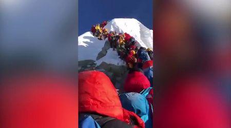 Sovraffolamento sull'Everest: la coda per salire in vetta ripresa da un alpinista
