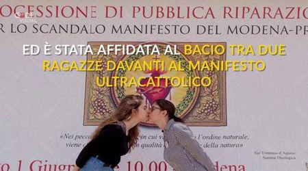 Ultracattolici in processione contro il Modena Pride: due donne rispondono con un bacio