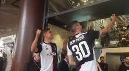 Fan in delirio per Dybala e Betancur a Milano: i campioni scattano selfie coi tifosi