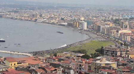 """Varo della nave Trieste, """"onda anomala"""" sulla spiaggia affollata"""