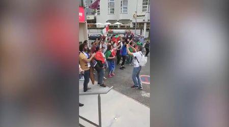 """Mondiali donne, tifosi festeggiano le giocatrici dell'Italia al ritorno in hotel e parte il coro: """"Po po po po po po"""""""