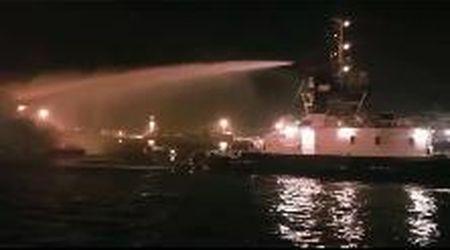 Marina di Carrara, yacht in fiamme: l'intervento della Capitaneria