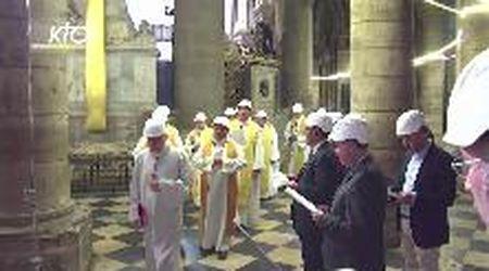 Notre-Dame, prima messa tra le macerie dopo l'incendio: l'arcivescovo celebra con l'elmetto