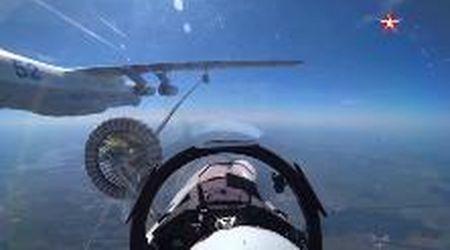 Russia, il jet militare fa rifornimento in volo: la precisione è millimetrica