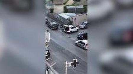 """Ercolano, getta spazzatura in strada. Sindaco pubblica il video: """"Magari un po' si vergogna"""""""