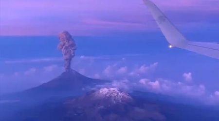 Messico, l'eruzione del vulcano Popocatépetl ripresa dall'aereo: le immagini sono mozzafiato