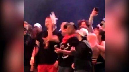 Cerca di farsi un selfie con Tom Morello, il chitarrista gli getta il cellulare giù dal palco