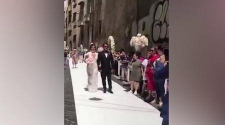 """Matrimonio a Napoli, tappeto bianco e strada chiusa senza autorizzazione: """"Nozze vergogna"""""""