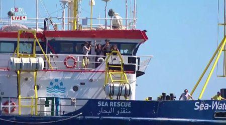 Sea-Watch: la motovedetta della Guardia di Finanza intima l'alt, ma la nave prosegue