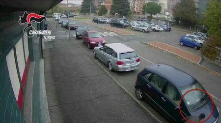 Torino, bucava le gomme e svaligiava le auto: preso dopo 13 colpi