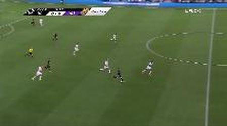 Rooney non ci pensa su due volte: calcia dalla sua metà campo e segna un gol pazzesco