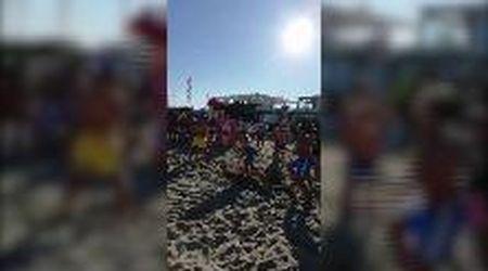 Aldo (senza Giovanni e Giacomo): sulla spiaggia improvvisa la scena cult di 'Tre uomini e una gamba'