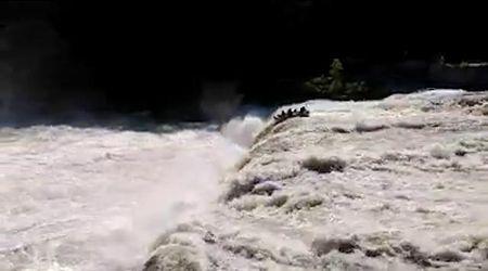 Usa, fanno rafting ignorando i divieti: il gommone finisce nella cascata