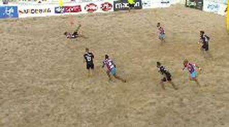 Beach soccer, l'incredibile rovesciata da 25 metri del viareggino Gabriele Gori