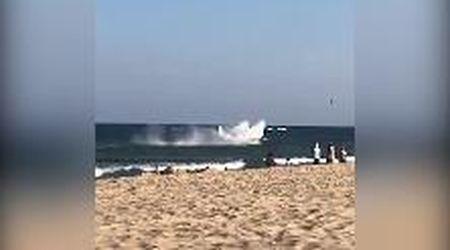 Usa, pericolo in spiaggia: l'atterraggio di emergenza finisce in acqua a pochi metri dalla riva