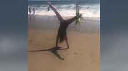 Nadia Comaneci, ruota perfetta in spiaggia 43 anni dopo lo storico '10'