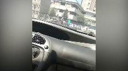 Terni, prende la pistola a un carabiniere e lo ferisce: le immagini dell'aggressione in strada