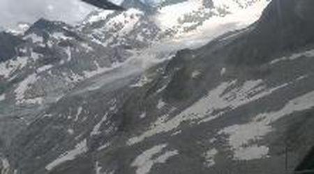 In elicottero sull'Adamello, il ghiacciaio che si sta sciogliendo