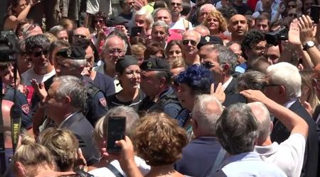 """L'applauso ai funerali di De Crescenzo a Napoli: la folla grida """"Luciano"""""""