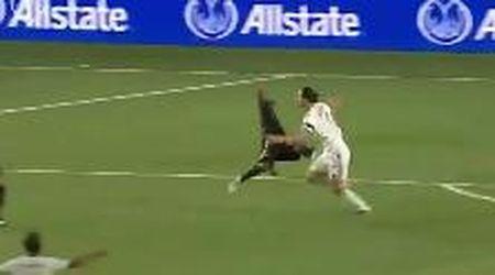 L'esultanza dirompente di Ibrahimovic: il rivale vola via come un fuscello
